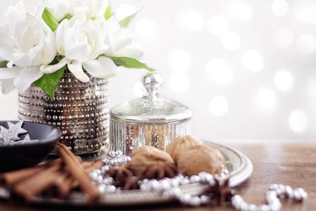 Čerstvé květiny na stole působí vždy luxusně. Foto: