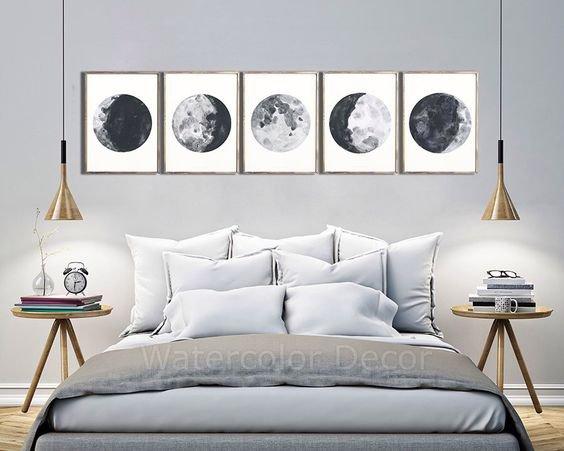Báječným nápadem je umístit nad postel obrázky znázorňující fáze měsíce. Je to velmi stylové. Foto: