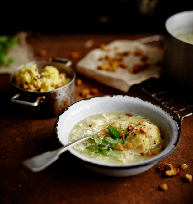 Česnečka se šťouchanými brambory s cibulkou a se škvarky Foto: Kuchařka pro mého muže
