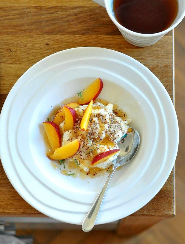 Domácí sýr ricotta s ovocem Foto: isifa.com